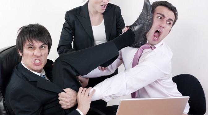 hommes d'affaires et bagarre